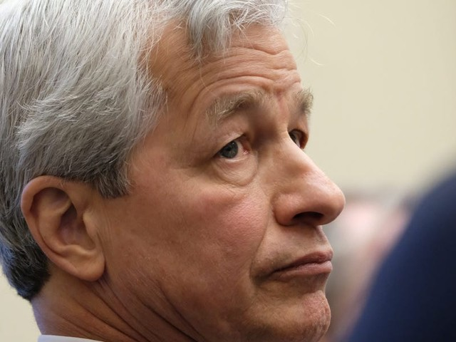 Sen. Elizabeth Warren grilled Jamie Dimon over Chase charging nearly $1.5 billion in overdraft fees during the pandemic