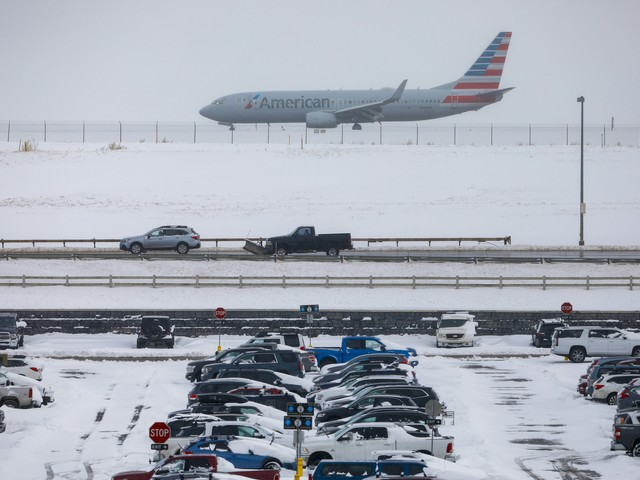 Airlines waive flight change fees amid 869 cancellations, 7,000 delays in Thanksgiving storm