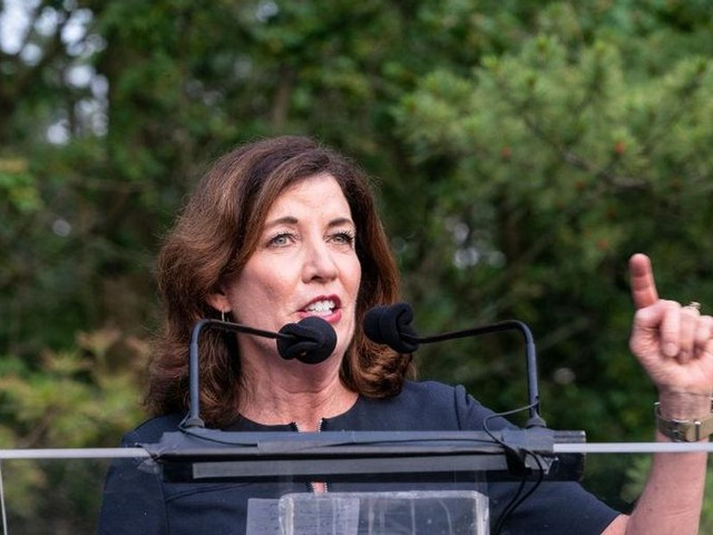 New York Gov. Hochul threatens to replace unvaccinated healthcare workers with foreigners