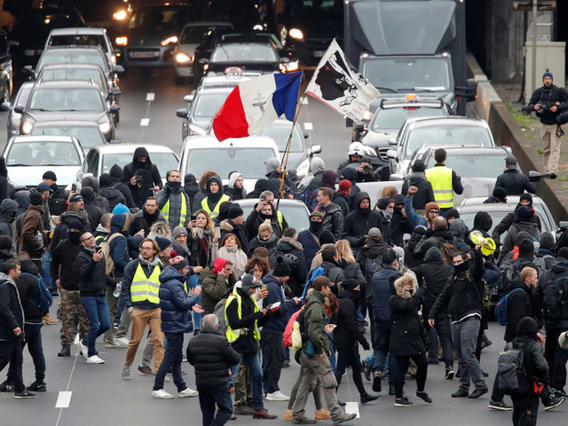 Tear gas & bonfires: Scuffles with police as Yellow Vests block roads in Paris ahead of 1st anniversary of protests (VIDEOS)