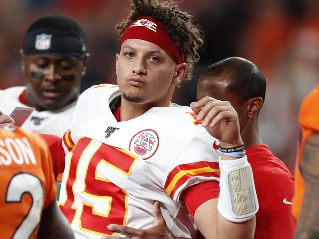 Patrick Mahomes injures knee on QB sneak, is ruled out almost immediately