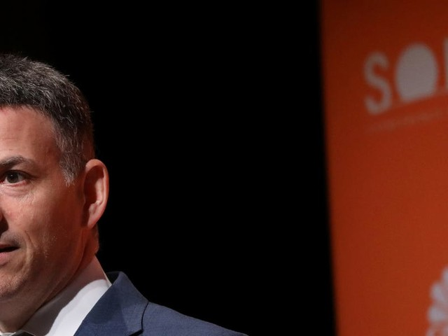Greenlight Capital's David Einhorn tells investors why he's adding to his bet against Netflix, and say he's shorting corporate credit because ratings agencies have been 'complacent'