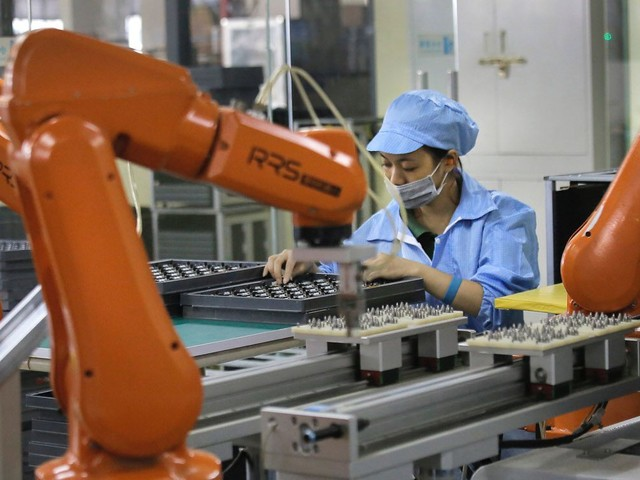 Foxconn's U.S. plant passes second vote; WSJ backtracks from iPhone display claims