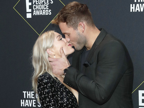 Colton Underwood & Cassie Randolph Passionately Kiss On People's Choice Award Red Carpet — Pic
