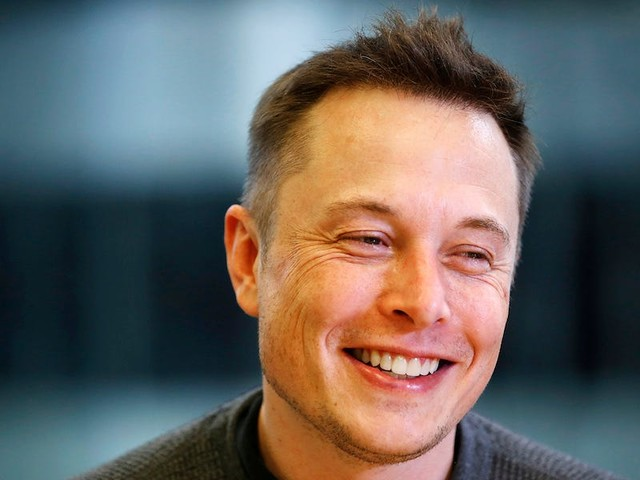 A look at the demanding schedule of Elon Musk, who plans his day in 5-minute slots, constantly multitasks, and avoids phone calls