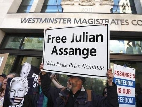 Yellow Vests Take Bus To London To Protest Assange Extradition Hearing