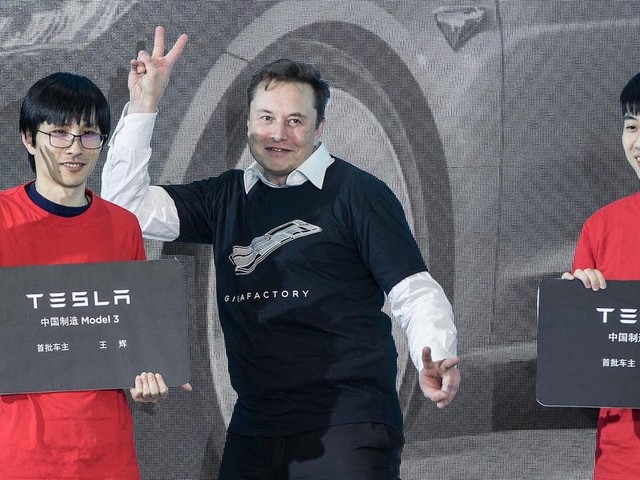 Tesla went from high fives at an all-hands meeting to shutting down its factories — here's how it came to accept the coronavirus (TSLA)