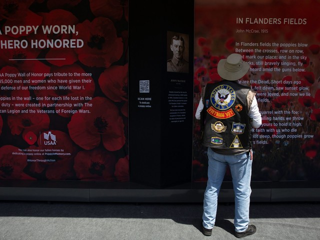 Poppy wall exhibit returns to National Mall for Memorial Day