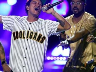 The Latest: Bruno Mars wins 7 at American Music Awards