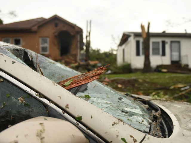 Tornadoes ripped through the Midwest leaving at least 11 dead and destroying motels, mobile homes, and houses