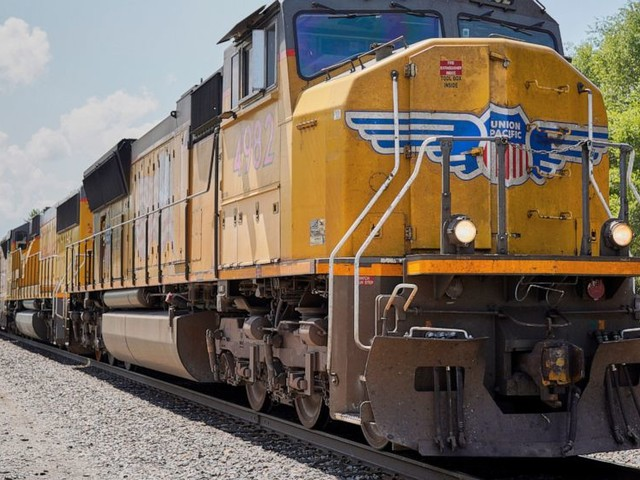 Union Pacific 4Q delivery volume falls, so does its profit