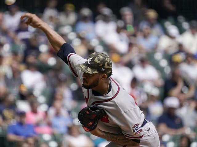 Braves' Huascar Ynoa punches bench, breaks hand, to miss 2 months