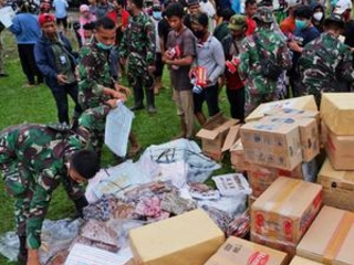 Aid effort intensifies after Indonesia quake that killed 81