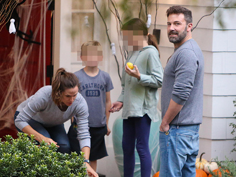 Ben Affleck Reunites With Jennifer Garner & Kids For Halloween Fun After Admitting To Relapse