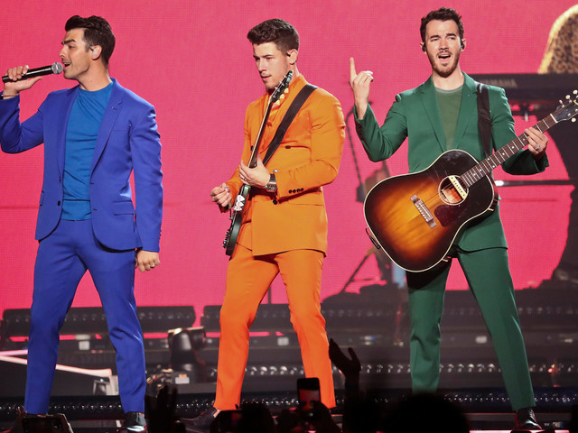 Jonas Brothers end Toronto concert early, fans keep show going