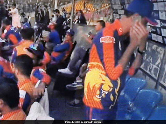 """So Wrong"": Akhtar Reacts As PSL Team Official Uses Mobile In Dug-Out"