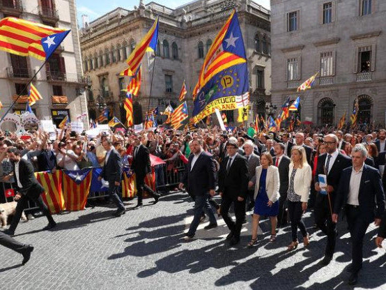"""They've Lost The Plot"" - 700 Catalan Mayors Defy Spanish Government Amid Police Raids"