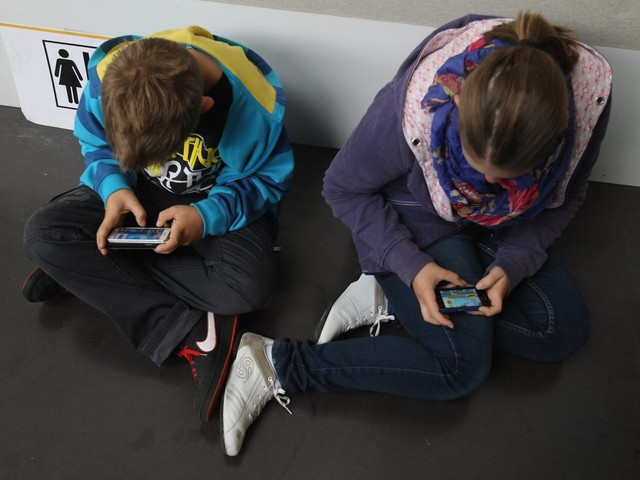 Colorado Dad Petitioning to Ban Smartphone Sales to Kids Under 13 After Witnessing His Sons' 'Addictive Behaviors'