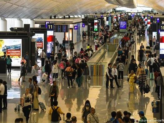 Aeropuerto de Hong Kong reanuda operaciones parcialmente tras jornada multitudinaria de protesta