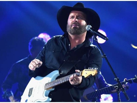 Garth Brooks' Brothers & Sisters: 5 Fast Facts You Need to Know