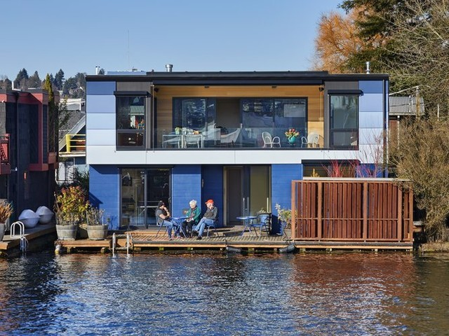 A brand-new floating home on the edge of Lake Union is buoyed by amazing views, protected privacy and a multihued exterior inspired by the Great Blue Heron