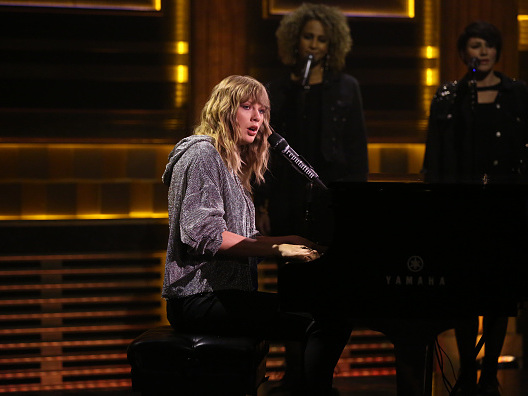 "Taylor Swift, Jimmy Fallon Video – Watch ""New Year's Day"" Performance On ""Tonight Show"""