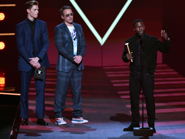 Kevin Hart makes People's Choice Awards appearance after near-fatal car crash