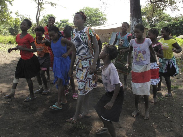 In Mozambique, conservationists try to curb child marriage