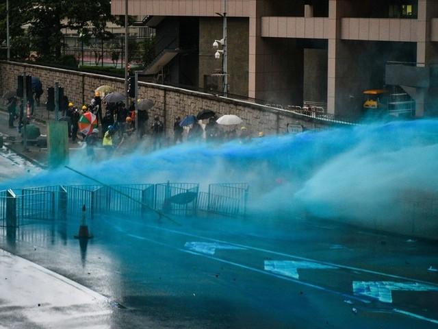 Hong Kong police turn to water cannon as protesters hurl petrol bombs & bricks (PHOTO, VIDEO)