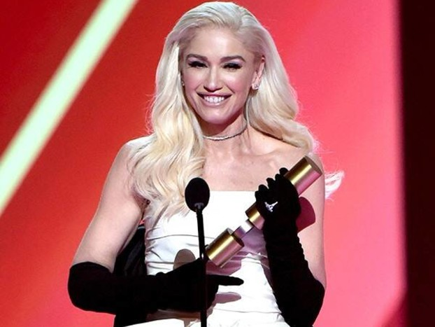 """Gwen Stefani Says She's in """"Disbelief"""" Over Fashion Icon Award Win at 2019 People's Choice Awards"""