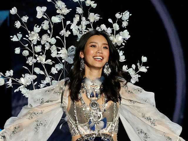 Chinese Model Recovers Gracefully After Falling At Victoria's Secret Fashion Show