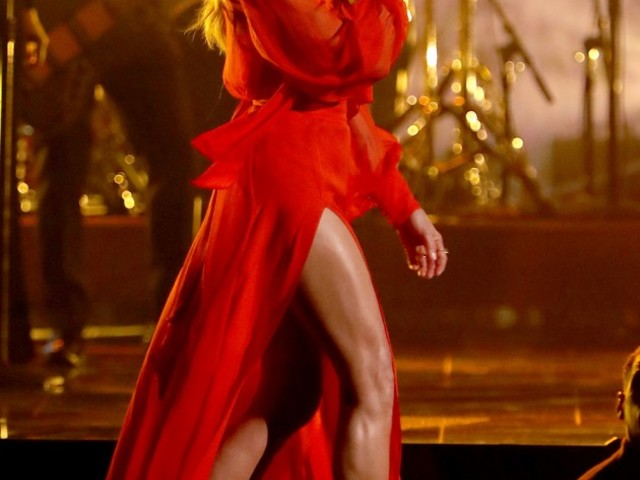 Everyone was talking about Faith Hill's leg at the CMAs