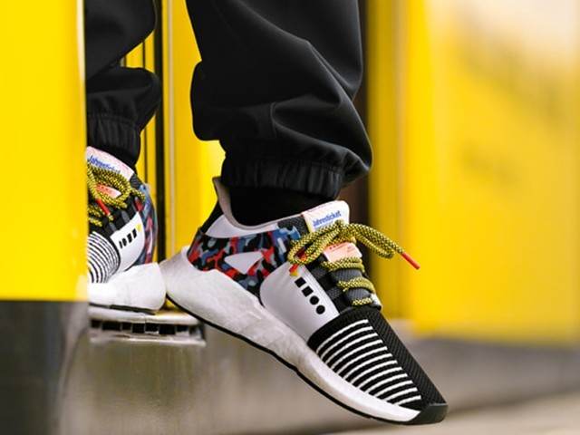 Shoe-Bahn: Berliners queue for sneaker-train tickets