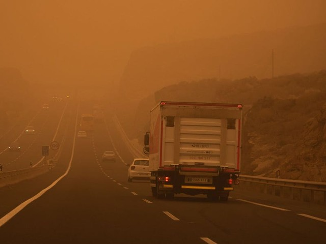 Eerie photos show a massive Saharan sand storm blanketing the Canary Islands in orange dust