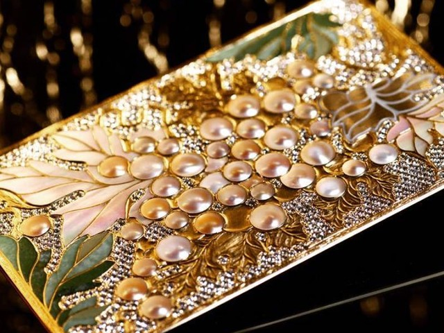 The ultra-wealthy are dropping up to $50,000 on gold credit cards decked out with precious gems. Here's a look at how they're designed.