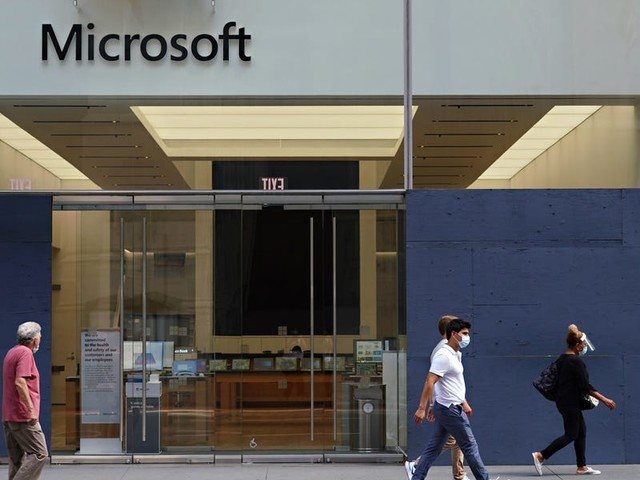Microsoft is dipping its toes back into physical retail, as it plans to quietly restart retail sales at its flagship New York City store (MSFT)