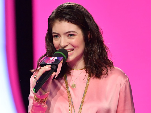 Lorde Wins International Artist of the Year at Much Music Video Awards 2017!