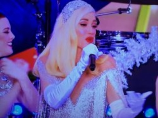 "Gwen Stefani ""Macy's Thanksgiving Day Parade"" Video – Watch ""White Christmas"" Performance"