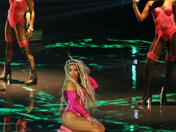 #HAVEMERCY: Chlöe Serves Up Beyoncé 2.0 Vibes For Solo Debut At 2021 MTV VMAs