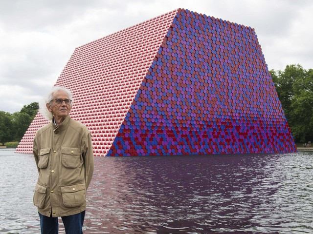 Roll out the barrels: Christo artwork floats on London lake