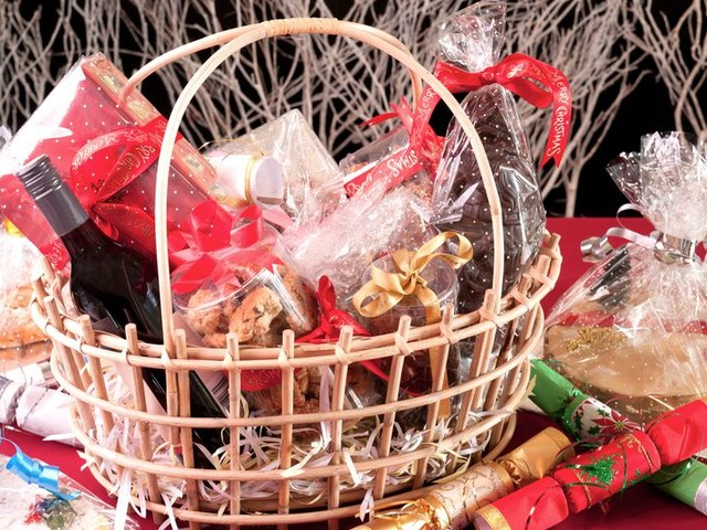 12 Ideas for Filling a Christmas Gift Basket on a Budget