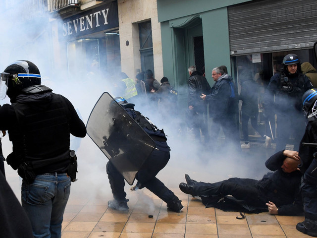 French cops clash with protesters on 'yellow vest' anniversary