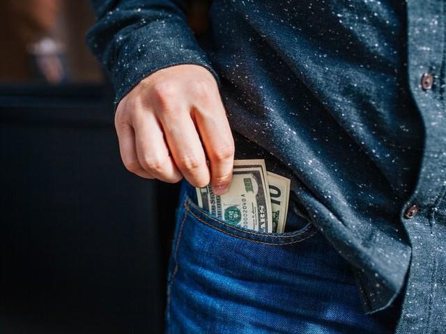 14 Situations Where Cash Beats Credit