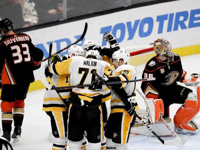 Jake Guentzel's hat trick sends Penguins past Ducks 7-4