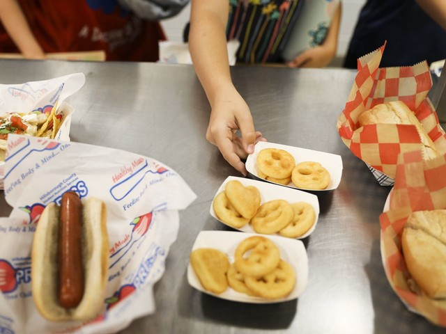 More pizza, fewer vegetables: Trump administration further undercuts Obama school-lunch rules