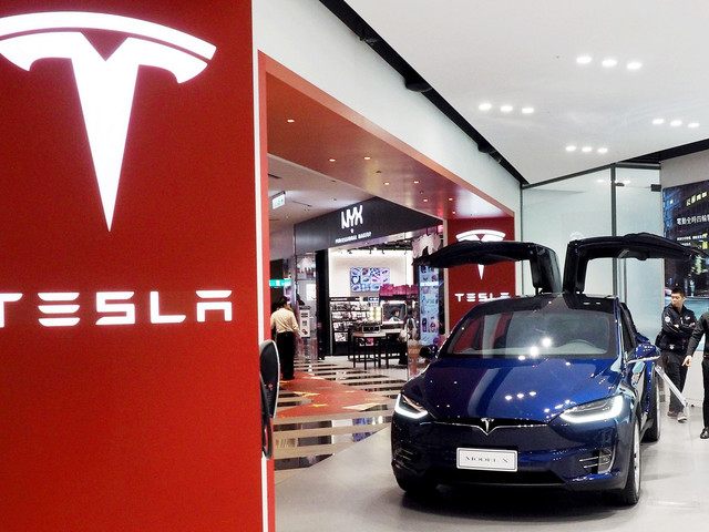 Consumer Reports blasts Tesla's 'Navigate on Autopilot' feature