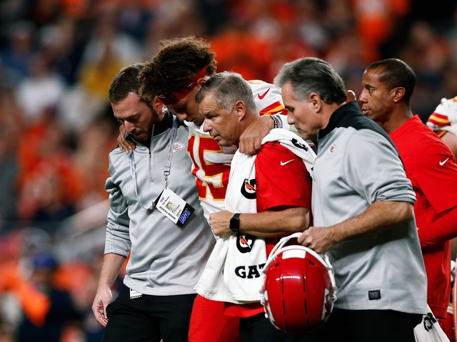 Reports: MRI confirms dislocated kneecap for Chiefs QB, reigning MVP Patrick Mahomes