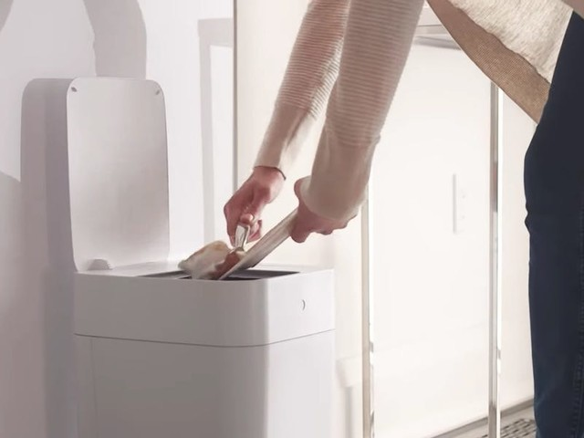 This $100 smart trash can changes and replaces its garbage bags — see how it works