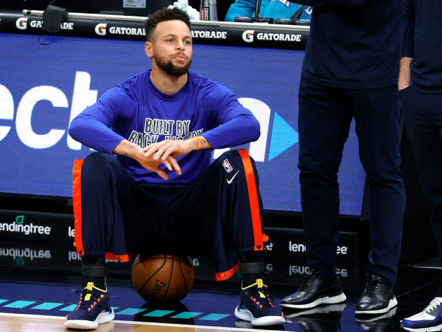 Warriors' Stephen Curry makes surprise exit before tipoff: 'Not feeling well'