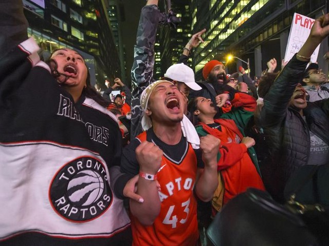 Golden State Warriors congratulate Toronto Raptors with full-page ad